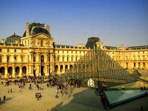 Plaza y Museo del Louvre - París