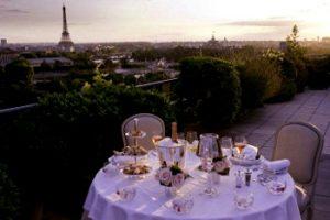 Restaurante en París con vistas a la Torre Eiffel
