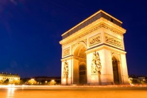 Vistas del Arco del Triunfo iluminado - París