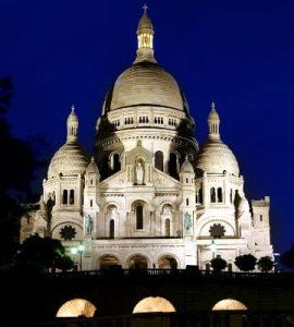 Vista nocturna de la Basílica del Sagrado Corazón